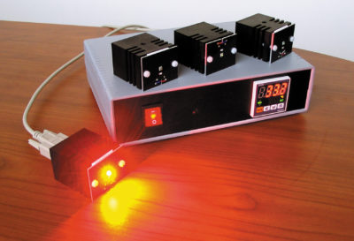 Контроллер источника с подключенной светоголовкой красного цвета свечения