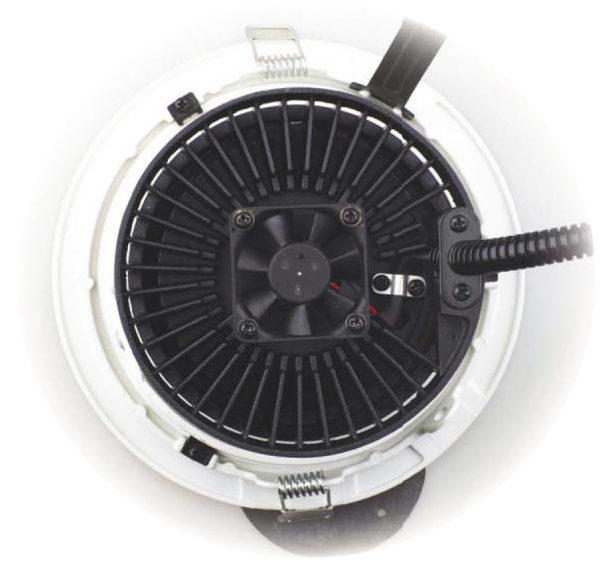 Вентилятор Protechnic, смонтированный позади радиатора на задней части светодиодного генератора света