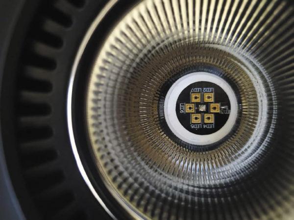 Пример вставки цветного светодиода безопасности в центр оптической системы, обеспечивающей одинаковое распределение интенсивности в видимом и УФ-C-диапазонах