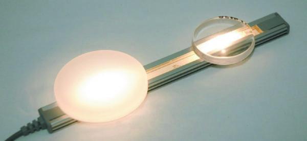 Компаунды для заливки влияют на диффузионное поведение светодиода. Полиуретановая смола UR5635 (слева) обладает сильным эффектом рассеивания, а прозрачная масса UR5634 позволяет свету беспрепятственно проходить через нее