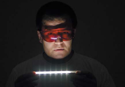 Красные очки непропускают наиболее опасную коротковолновую компоненту