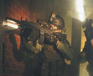 Боевое применение полицейскими спецподразделениями оружейных фонарей